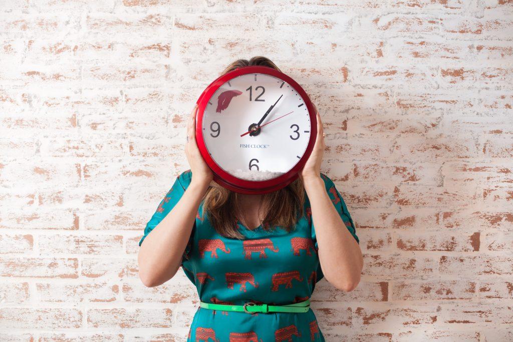 Horloge-devant-femme
